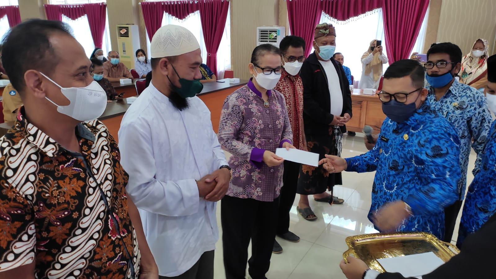 Bupati Banggai Serahkan Honor Imam, Pendeta, Pemangku dan Pandita